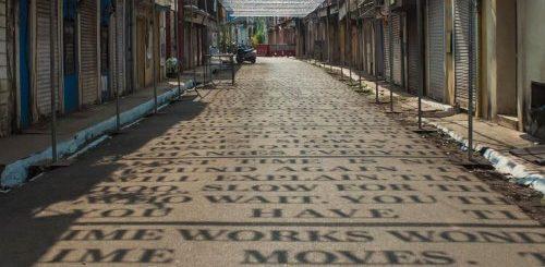 """Солнечный свет отбрасывает тени в виде фраз о теории времени в уличной инсталляции индийского стрит-арт художника DAKU (6 фото)"""">"""