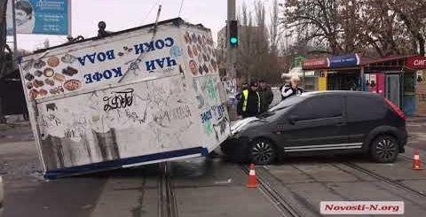 """Видео """"Новости-N"""": В Николаеве киоск упал на автомобиль"""