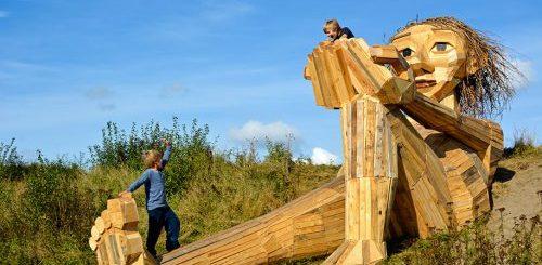 """Датский художник создаёт деревянных гигантов и прячет в местах, которые можно найти по карте сокровищ (21 фото)"""">"""