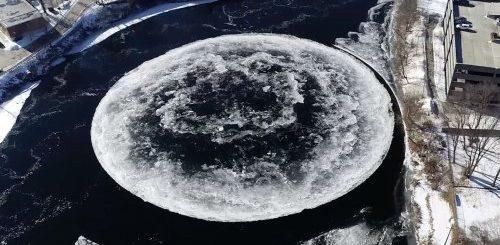 """На реке у города Уэстбрук сформировался гигантский ледяной вращающийся диск (4 фото + видео)"""">"""