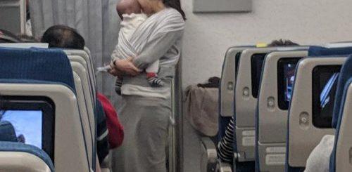 """На борту летел грудничок, но пассажиры не испытывали дискомфорта. Потому что его мама заранее проявила к ним внимание (5 фото)"""">"""