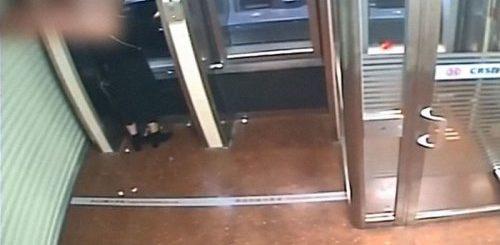 """Преступник грабит девушку у банкомата, но затем, увидев остаток на её счёте, с широкой улыбкой возвращает ей все деньги (14 фото)"""">"""