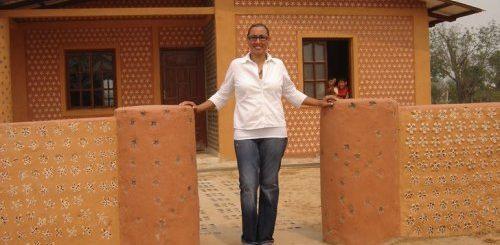 """Юрист из Боливии улучшает жизнь людей, строя дома для нуждающихся из пластиковых бутылок (6 фото)"""">"""