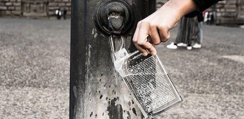 """Дизайнер разработал идеальную бутылку для туристов: она указывает, где в городе можно найти питьевой фонтанчик (9 фото)"""">"""
