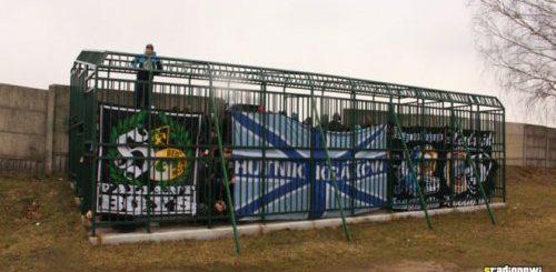 """Человеческий зоопарк – футбольные фанаты вынуждены смотреть матч, сидя в металлической клетке (3 фото + видео)"""">"""