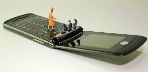 """Американская компания заплатит 1000 долларов тому, кто неделю будет пользоваться телефоном-раскладушкой вместо смартфона"""">"""