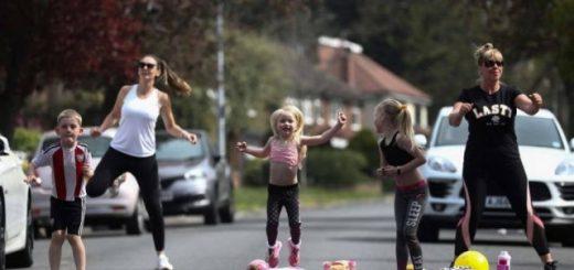 """В Великобритании фитнес-инструктор проводит занятия для своих соседей прямо на улице (21 фото + видео)"""">"""