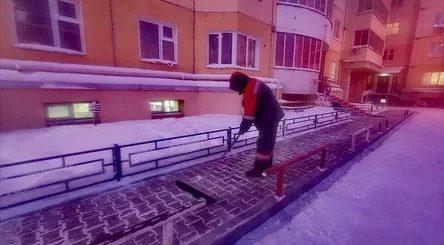 Жители дома в Якутске поблагодарили своего дворника, добросовестно работающего в любую погоду (7 фото)