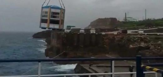 Японский остров Даито, на который можно попасть с помощью подъёмного крана (2 фото + 2 видео)