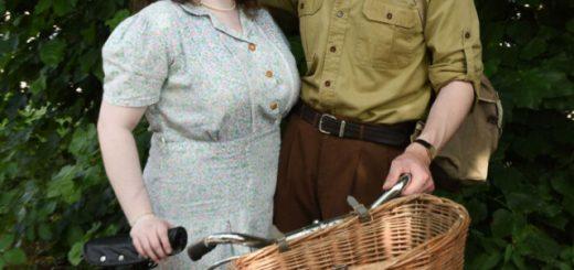 Молодожёны из Великобритании живут как в 1930-х годах: винтажная одежда, дом, инструменты и автомобиль (23 фото)